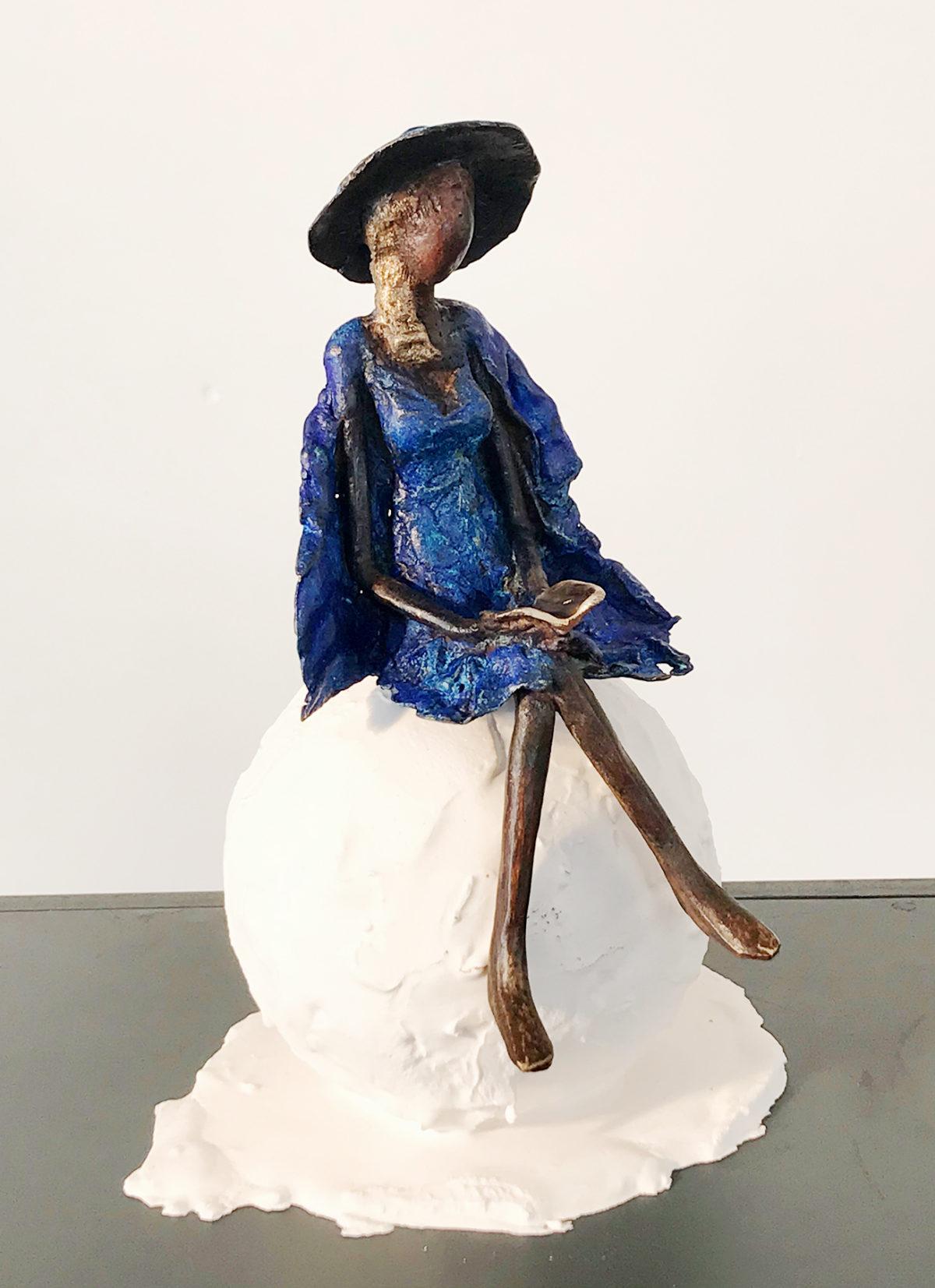 Leila sculpture femme au chapeau bleue assise