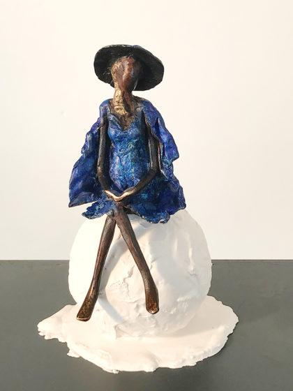 leila -femme bleue -sculpture femme au chapeau - femme au livre assise